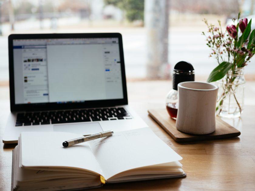 カフェのテーブルの上のコーヒーとパソコン