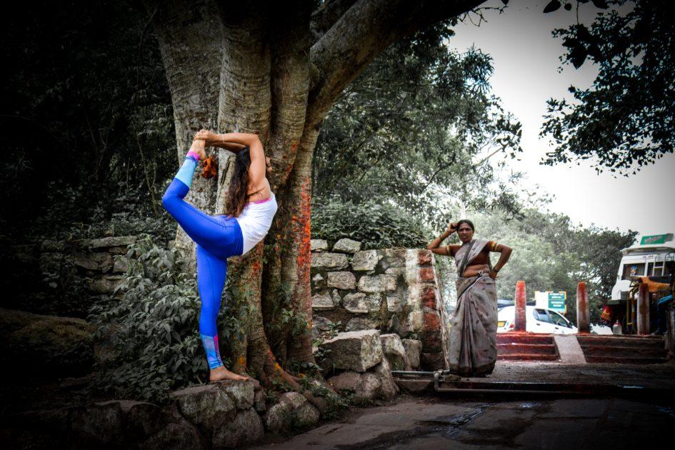 インドでヨガをする女性