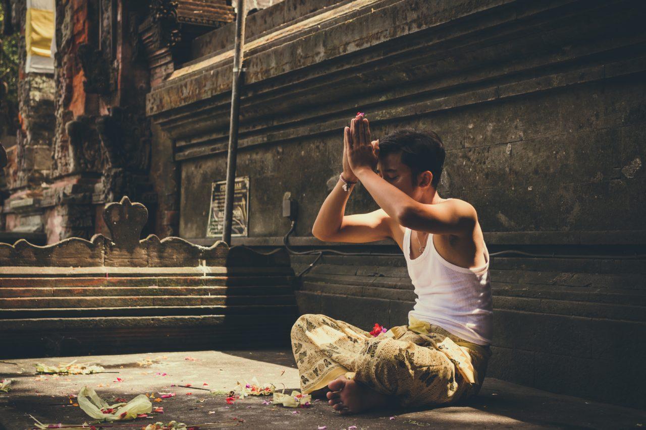 ヨガの瞑想をする男性