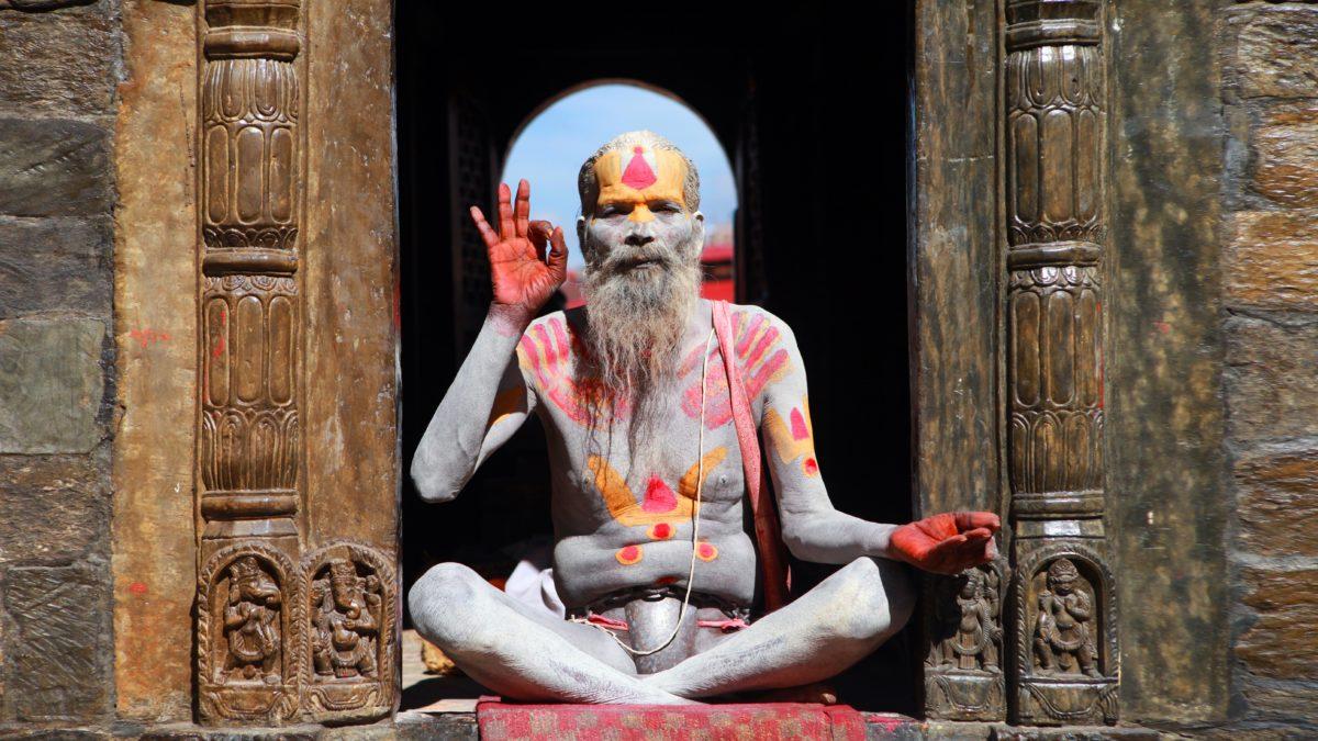 インドで伝統的なヨガをする男性講師