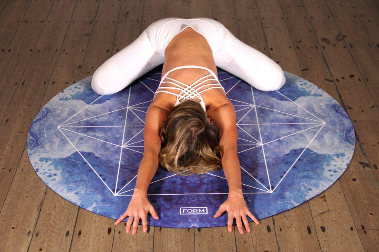 身体が柔軟で前屈のポーズをする女性