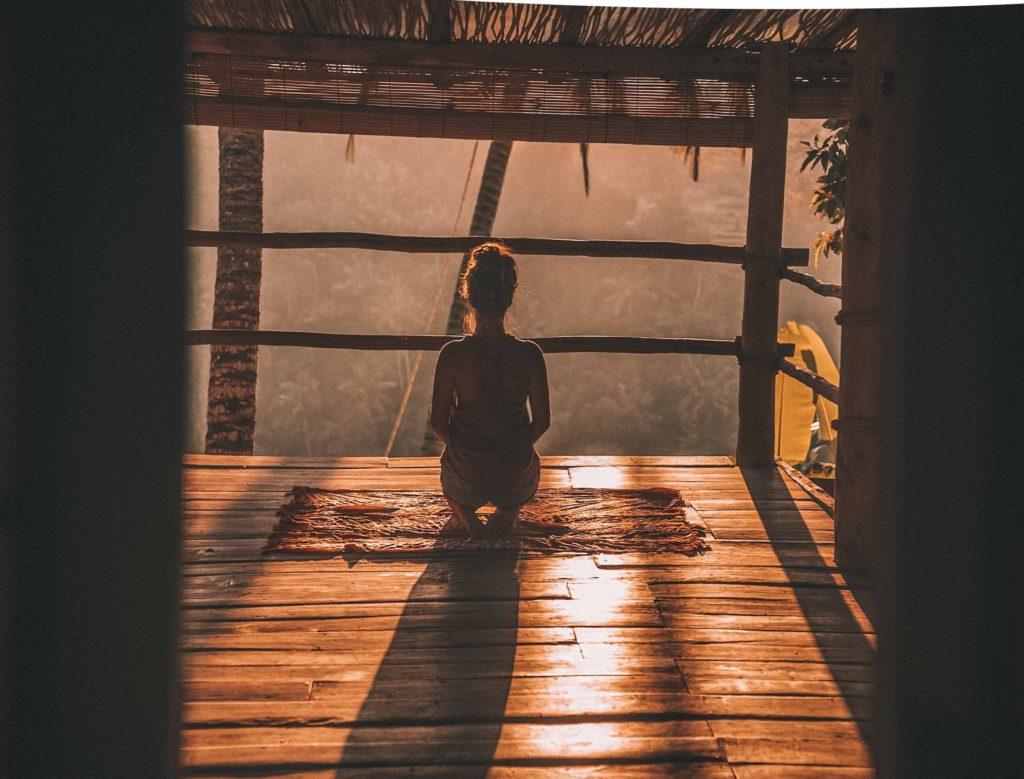 アジア系の建物の中で瞑想をする女性