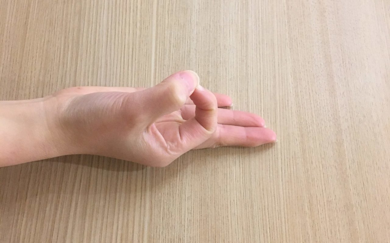親指と人差し指を合わせたチンムドラー