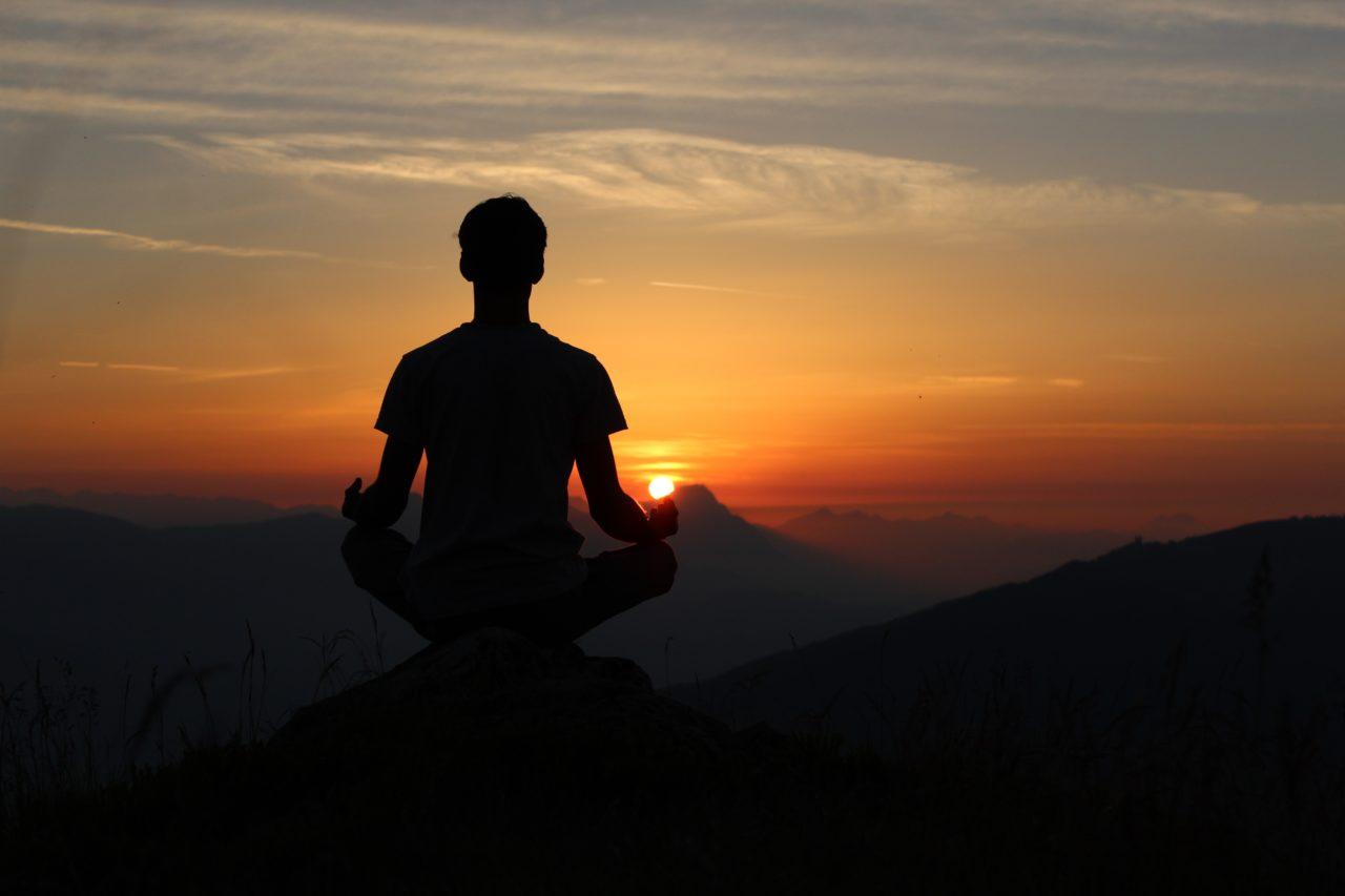 瞑想をして心を落ち着かせている男性