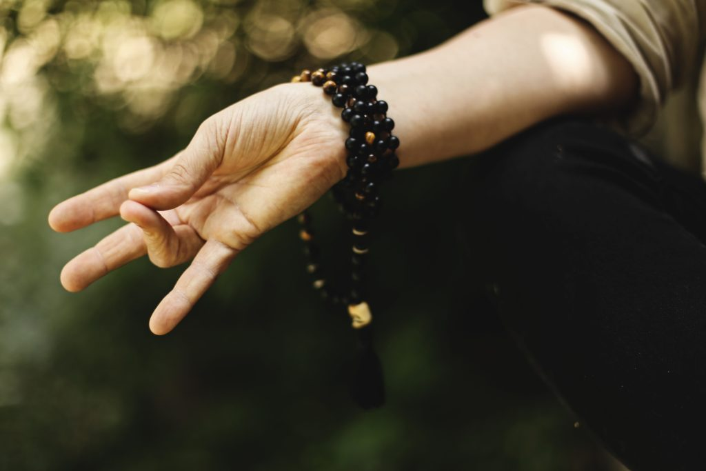 ヨガの手のポーズをする女性の手