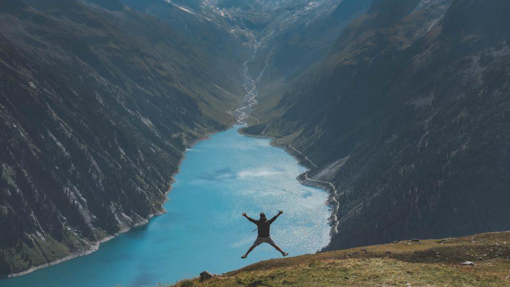 喜びに満ちてジャンプする人