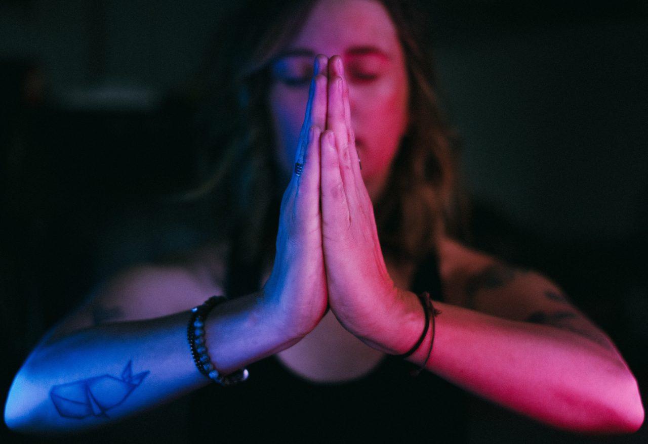 合掌して瞑想する女性