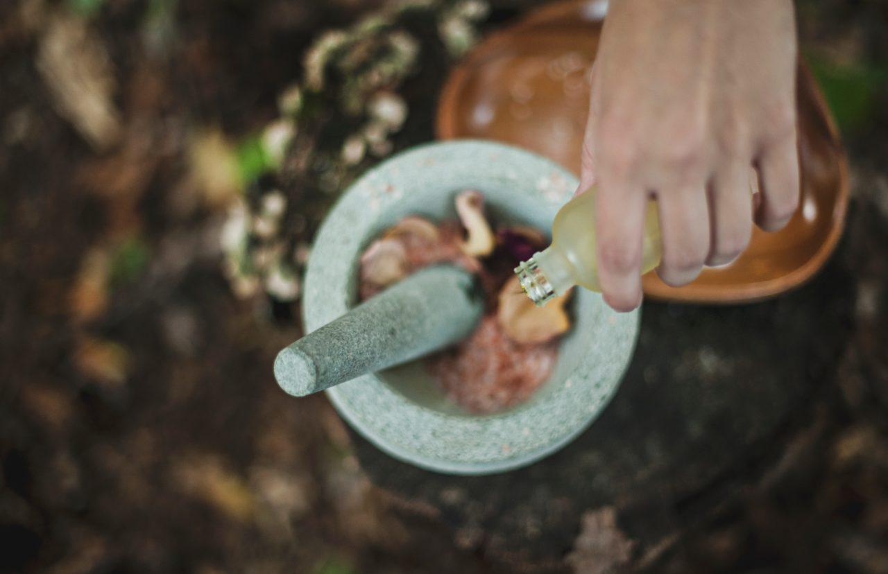 自然のオイルとすり鉢