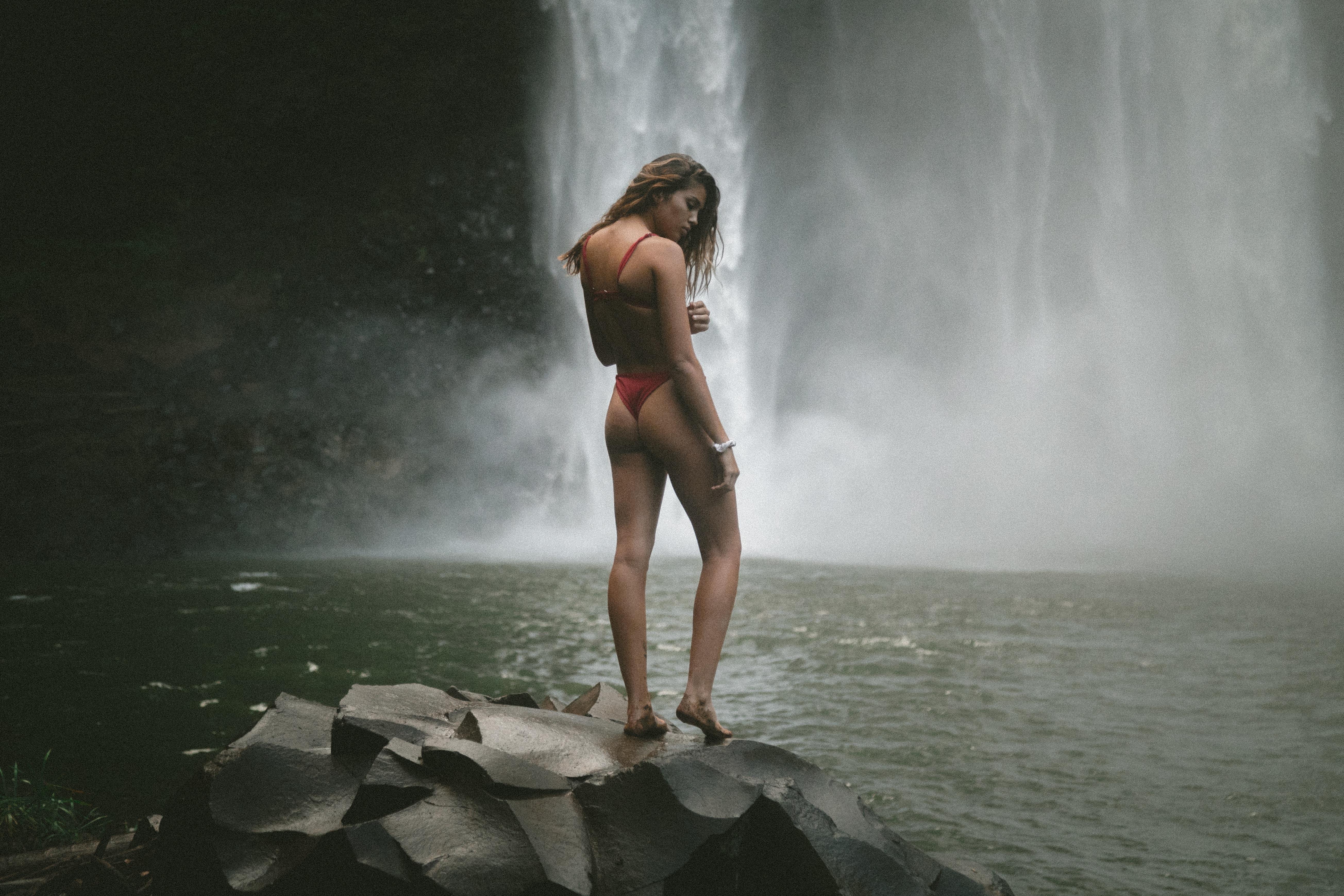 ムダ毛のない女性の水着姿