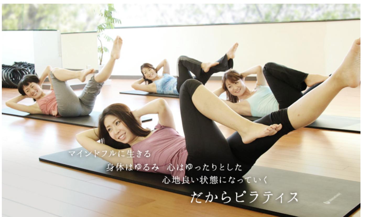 ピラティスを練習する生徒4人