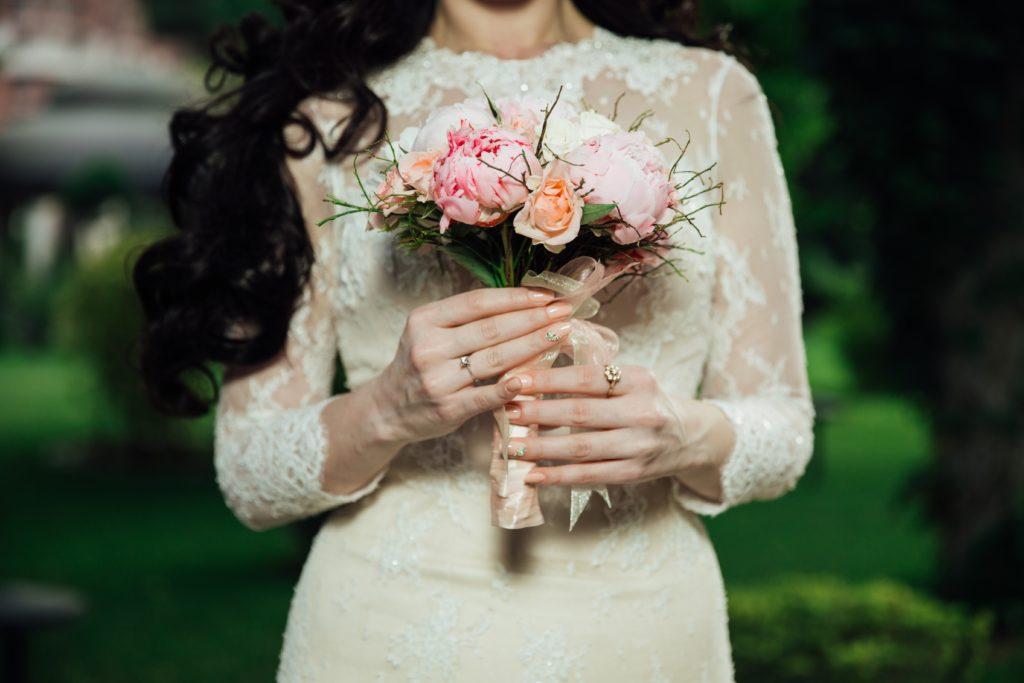 ブーケを持ったウエディングドレス姿の女