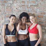 エクササイズ用の姿で笑顔の女性3人