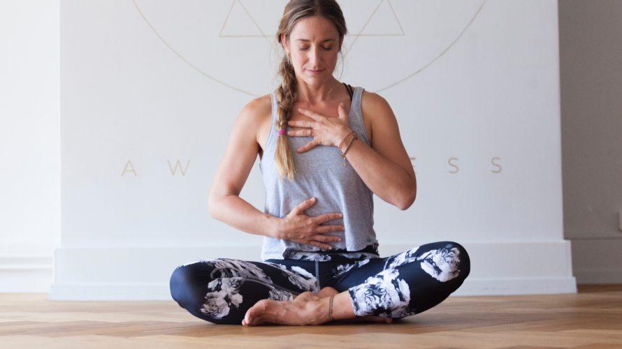 ヨガのポーズで呼吸を練習する女性
