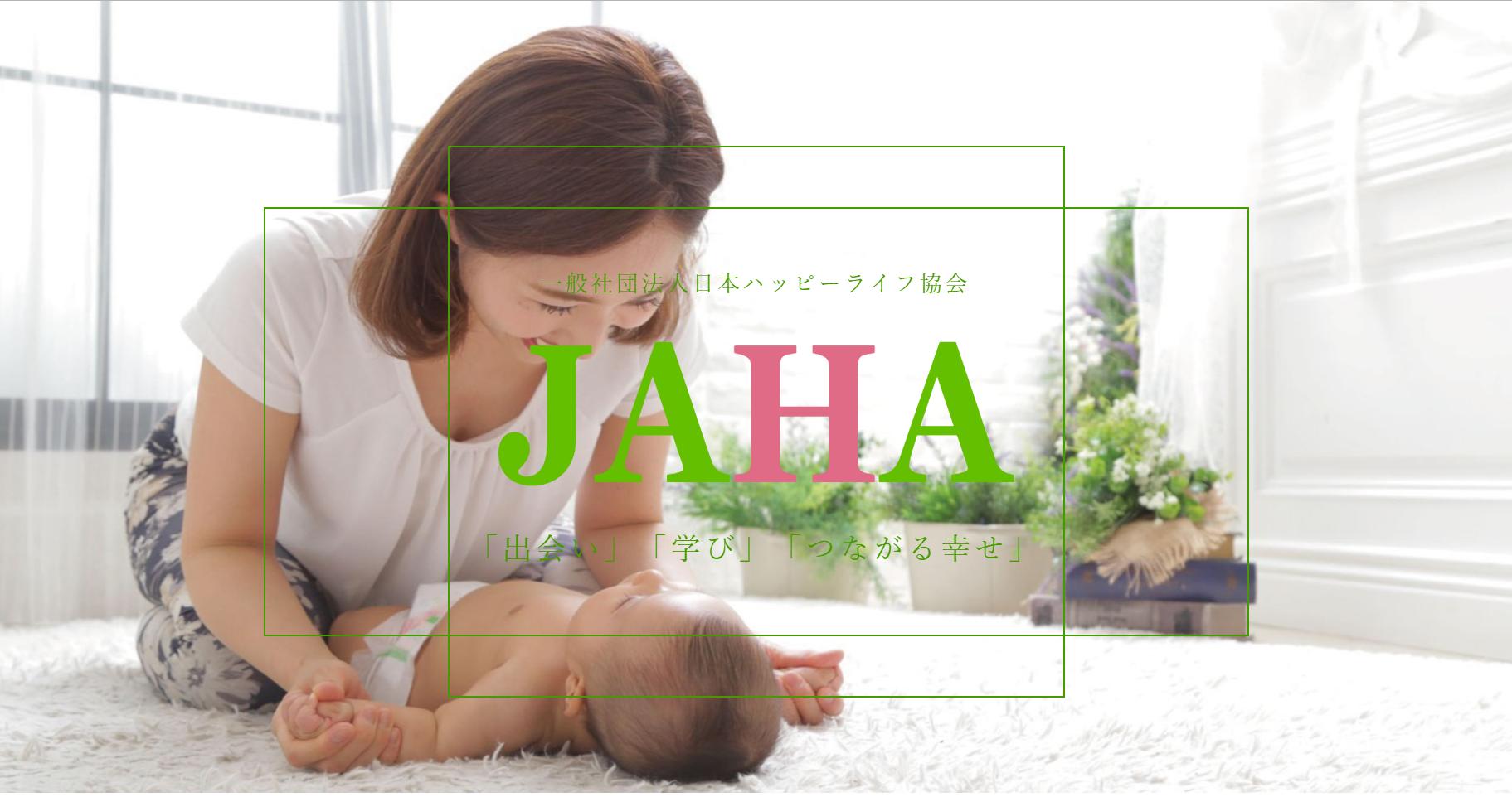 赤ちゃんマッサージをする女性