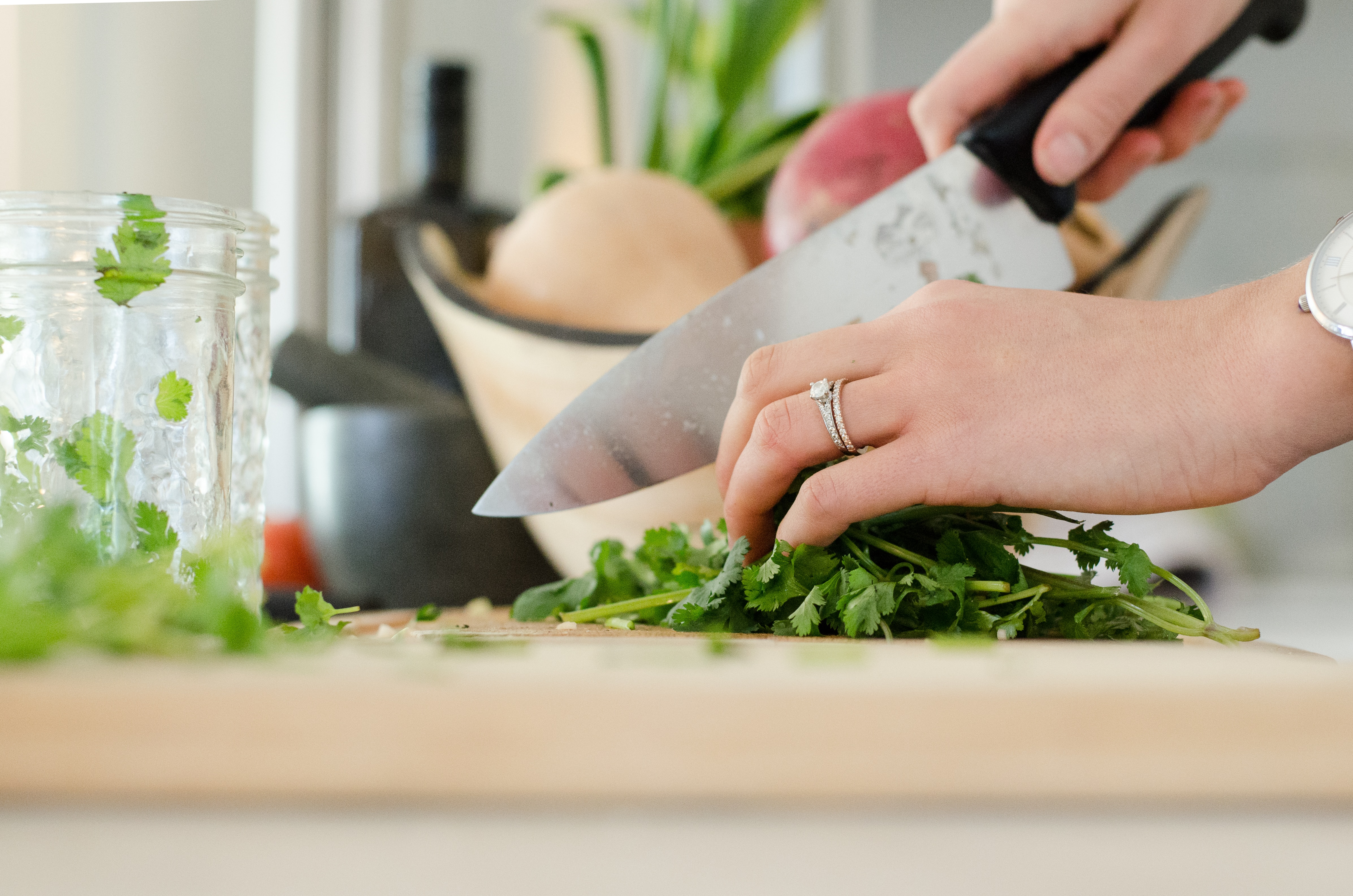 野菜を調理する野菜ソムリエ