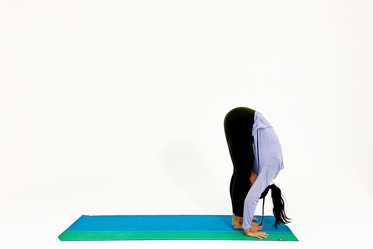 前屈のポーズのやり方③股関節から前屈