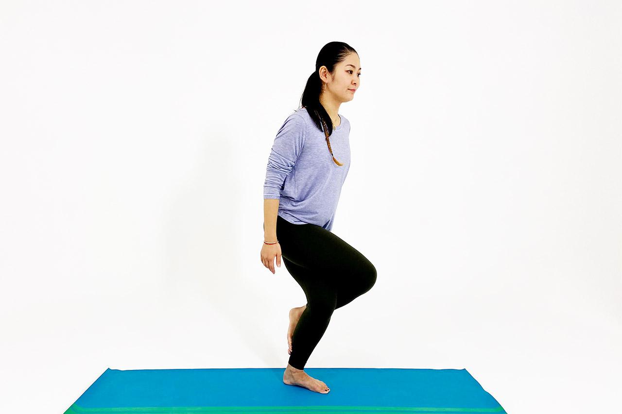 鷲のポーズのやり方②腰を落として足を組む