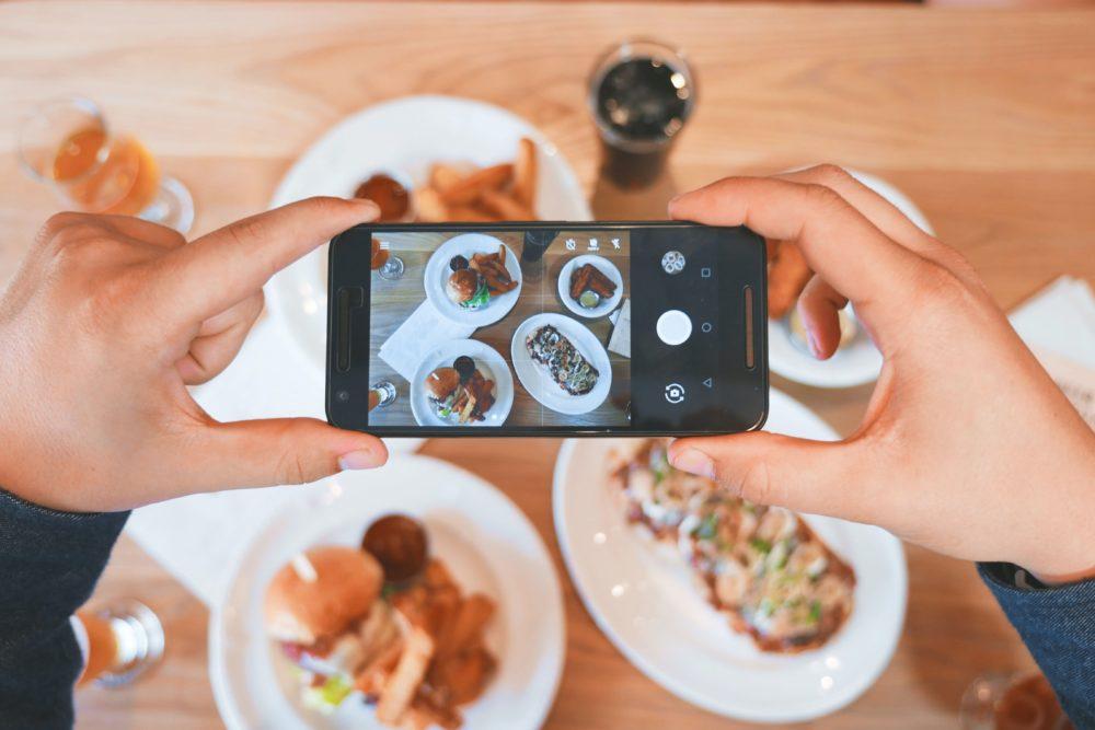 食事の写真をとる人