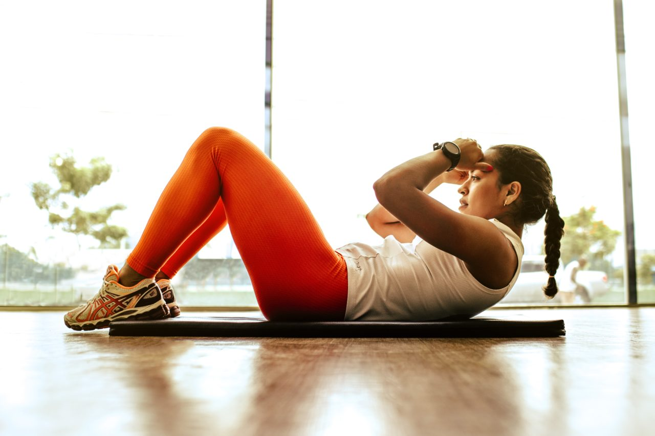 腹筋をトレーニングする女性