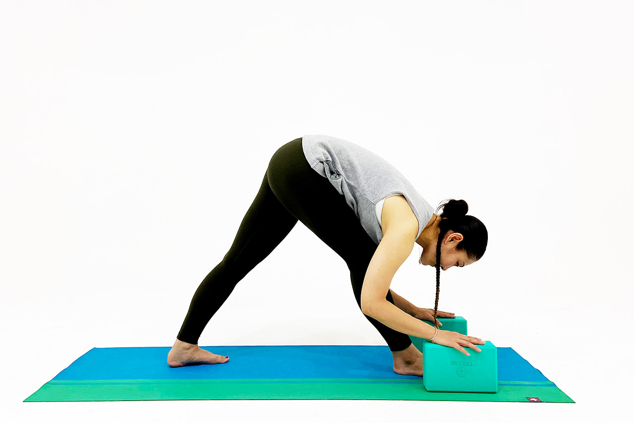 ブロックを使った体側を強く伸ばすポーズ